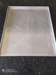 Assadeira perfurada em alumínio 68x58