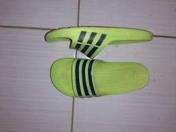 Sandália adidas por R$30,00