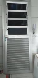 Porta de aluminio com basculante