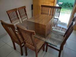 Mesa Quadrada com 8 cadeiras em madeira de demolição.