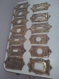 Espelhos em bronze,tomadas elétricas.