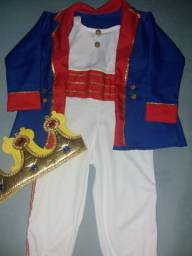 Título do anúncio: Vendo roupa de príncipe com coroa