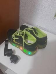 Tenis infantil Nike com luzes e rodinha tamanho 30