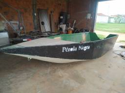 Barco artesanal feito e madeira e coberto de fibra