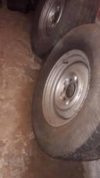 3 Roda de ferro com pneus.