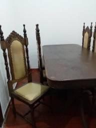 Mesa com cadeiras de madeira!