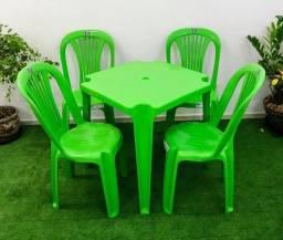 Título do anúncio: Jogo plástico com 4 cadeiras bistrô suporta até 140Kg e uma mesa 70X70 -Verde