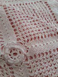 Colcha de crochê enorme rosa com botões de rosa em alto relevo