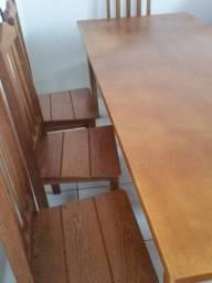 Mesa de madeira com oito cadeiras
