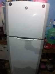 Título do anúncio: Vendo uma geladeira todo funcionando so liga quem tem interesse *88
