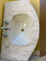 Pia de mármore com torneira
