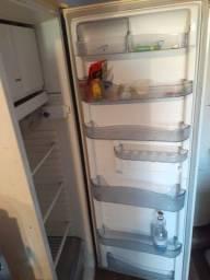 Título do anúncio: Vendo geladeira acabou o gás eu acho ela liga normal