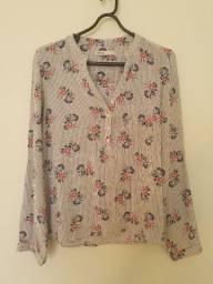 camisa com detalhes em flores
