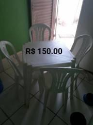 Conjunto de mesa e cadeira de plástico e cadeiras de fios