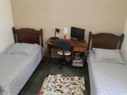 Duas camas de solteiro de madeira