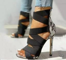 Sapato feminino.  Salto agulha. Preta.