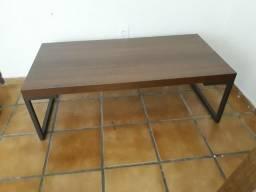 Mesa de centro madeira e pés de tubo de ferro quadrado preto