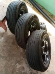 Roda aço 16 Fiat Toro, com pneus de quebra galho e calotas originais