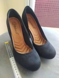 Sapato Preto bico redondo e salto grosso Bebecê 39