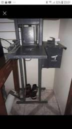 Fábrica de chinelos e prensa de canetas