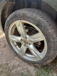 Rodas aro 17 com pneus.
