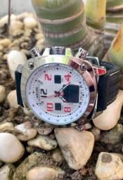 Relógio top de linha com pulseira de borracha.