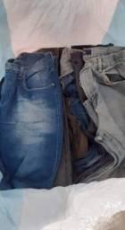 Fardos de calças jeans e fardos de bermudas jeans