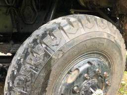 Título do anúncio: Par de pneus Goodyear 1000/20 r20 borrachudo 1200 km rodados apenas