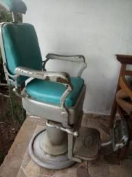 Cadeira antiga de barbeiro toda de ferro gira e reclina