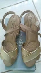 Sandália salto quadrado dourada