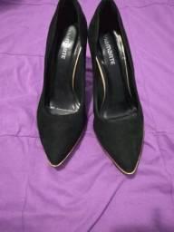 f4a79bcee1 Sapato de salto alto com detalhes em dourado   Marca  Viamarte