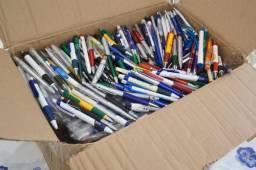 Caixa com coleção de canetas