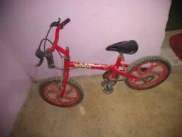 Vendo uma linda bicicleta vermelha infantil bem conservada