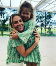 Roupas infantis e mãe e filha