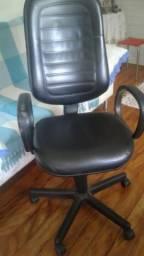 Cadeira giratória modelo presidente para escritorio em bom estado