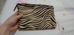 Linda Clutch Zara de couro com pelo de zebra!