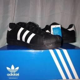 Tênis Adidas Superstar Original na caixa.
