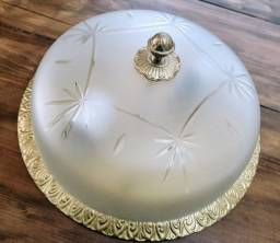 Lustre plafon em metal com pintura dourada para duas lâmpadas com cúpula fosca lapidada