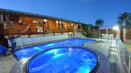 Casa com piscina aquecida na beira do lago