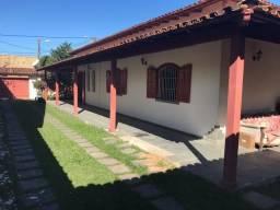 Casa com 03 quartos e quintal amplo, em Barra de São João/RJ