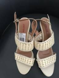 Sandália cor bege sem uso