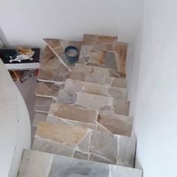 Colocação de pedras decorativas