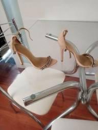 Sandália e salto fino e clutch marca Animale