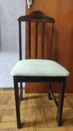 Cadeira de Madeira Maciça de Décadas Passadas