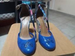 Sapato anabela azul com detalhes floridos