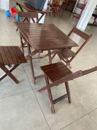 Título do anúncio: Vendo jogo de mesa em madeira com 4 cadeiras dobrável
