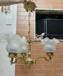 Lustre antigo em bronze maciço para três lâmpadas com tulipas de cristal