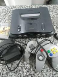 Nintendo 64 com um controle e um jogo