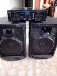Dois caixas de som e um amplificador