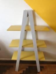 Estante amarela e cinza